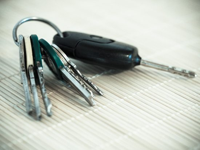車のキーの電池交換はどこで出来る?ホームセンターだといくら?