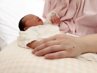 うちの新生児さんは母乳をずっとほしがる!?欲しがるだけあげていい?