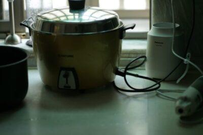 炊飯器のご飯を保温なしで放置したらいつまで食べられる?