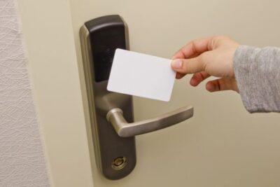 玄関ドアにスマートキーは後付けできる?費用は?