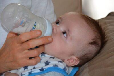 外出先でのミルクの冷まし方・早く冷めるのは「作ってから水で割る」